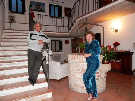 Alessandra e Vito vicino al pozzo nell'ingresso del casale